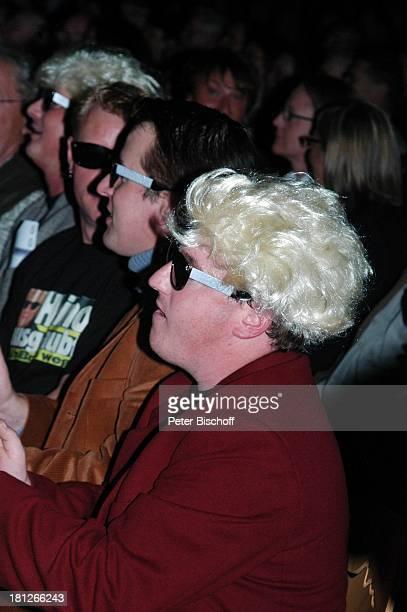 E i n o Fans mit Perücke und H e i n o Brille, Publikum, Jubiläumstournee, Trier Arena, Deutschland, Tournee, Konzert, Jubiläum, Zuschauer, Applaus,...