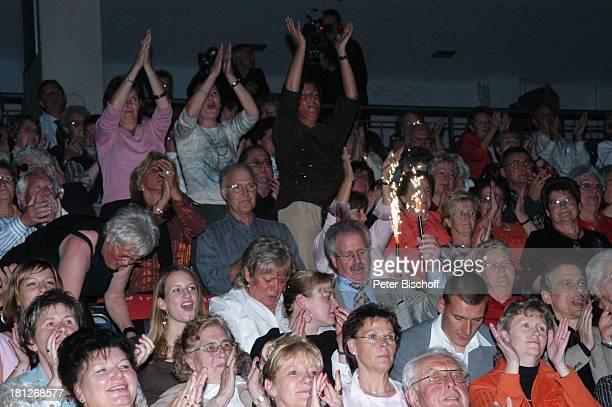 E i n o Fans, Publikum, Jubiläumstournee, Trier Arena, Deutschland, Tournee, Konzert, Wunderkerzen, Feuerwerk, Jubiläum, Applaus, Klatschen, Beifall,...