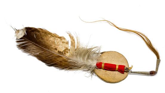 Adlerfeder mit Pferdehaar  als Indianischer Haarschmuck freigestellt auf weiß 984724752