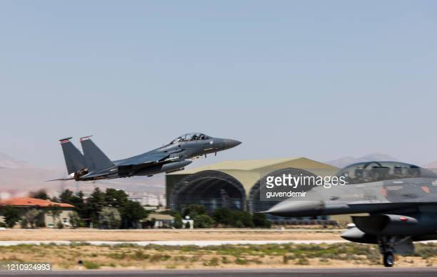 decolla aereo da caccia f-15 eagle - base militare foto e immagini stock
