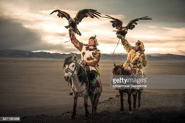 eagle-hunters on the horse in mongolia - aguila real fotografías e imágenes de stock