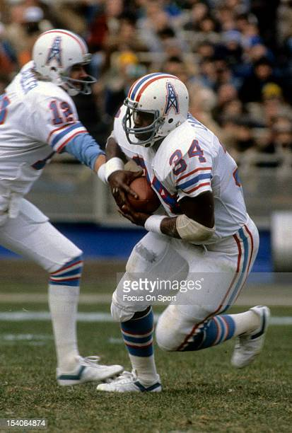 Earl Campbell of the Houston Oilers takes the handoff from Quarterback Ken Stabler against the New York Jets September 27 1981 at Shea Stadium in the...