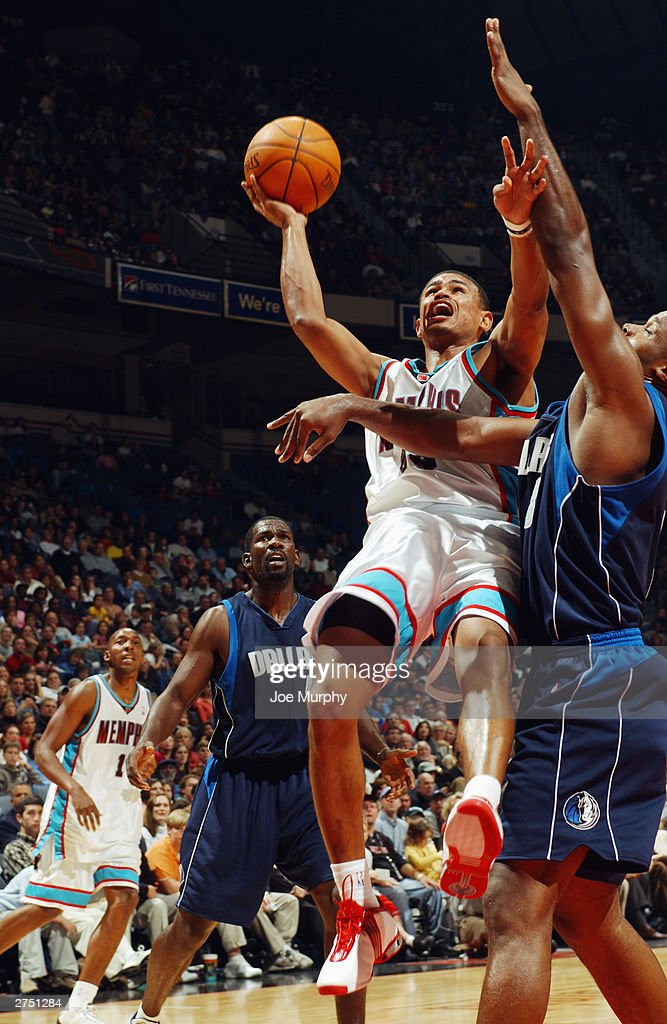 Earl Watson #25 of the Memphis Grizzlies shoots the ball with one-hand during the game against the Dallas Mavericks at The Pyramid on November 15, 2003 in Memphis, Tennessee. The Grizzlies won in overtime 108-101.