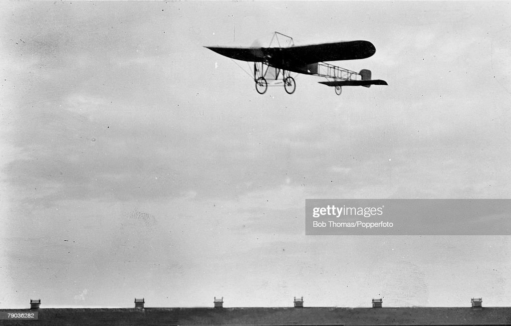 Early Aviation. 15th October to 23rd October 1909. Doncaster Aviation meeting, The Frenchman M. Leon Delagrange flying in his monoplane. : News Photo