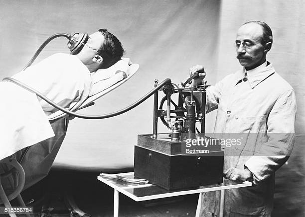Early chloroform narcosis The Dubois inhaler worked by crank