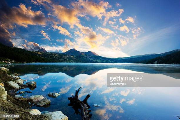 early in the morning - pyreneeën stockfoto's en -beelden