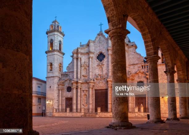 early morning at cathedral plaza, havana - lateinamerika stock-fotos und bilder