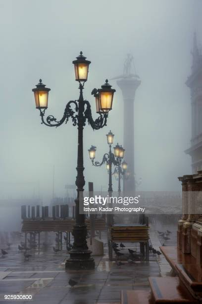 early morning at st. mark's square, venice, italy - luce stradale foto e immagini stock