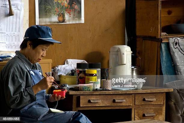 CONTENT] Early morning breakfast break for fishmonger in Tokoyo