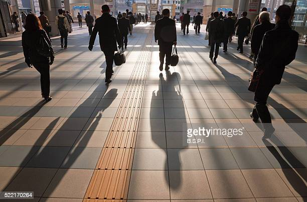 early morning business commuters at shinagawa station in tokyo, japan - 通勤 ストックフォトと画像