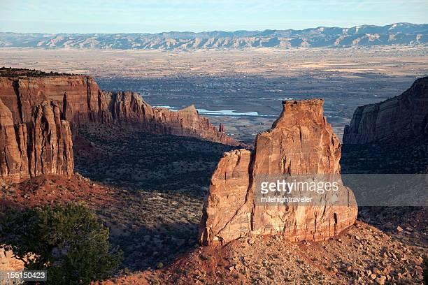 am frühen morgen klippen und canyons in colorado national monument horizontal - colorado national monument stock-fotos und bilder