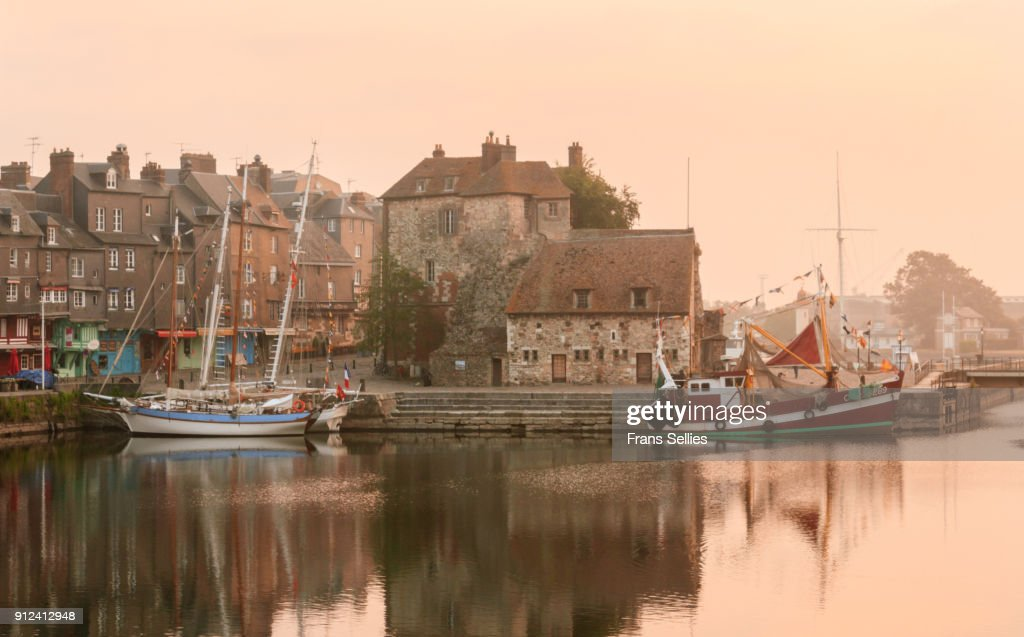 Early morning in the old picturesque port of Honfleur, France : Stockfoto
