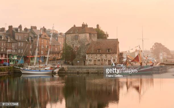 early morning in the old picturesque port of honfleur, france - frans sellies stockfoto's en -beelden