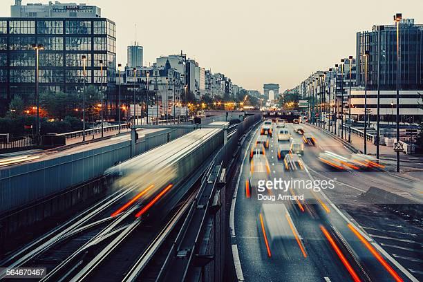 early morning looking towards arc de triomphe - être en mouvement photos et images de collection