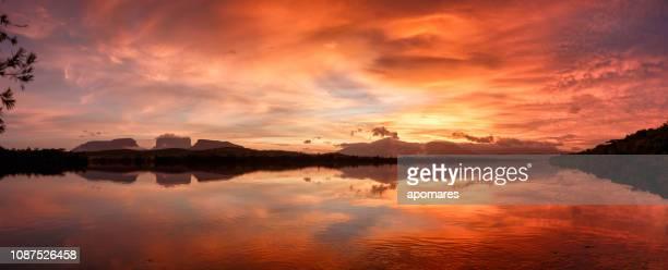 temprano por la mañana visita panorámica al amanecer del río carrao y el tepuy.  parque nacional canaima, venezuela - paisajes de venezuela fotografías e imágenes de stock