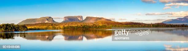 temprano en la mañana vistas el río carrao y tepuyes en el parque nacional canaima, venezuela - paisajes de venezuela fotografías e imágenes de stock