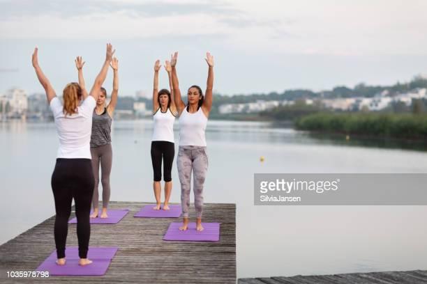 Am frühen Morgen Yoga am See: Atemübung