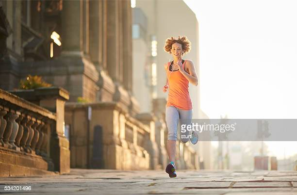 early runner catches the burn - liverpool training stock pictures, royalty-free photos & images