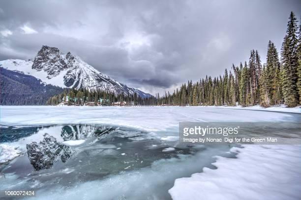 early spring thaw at emerald lake - riva del lago foto e immagini stock