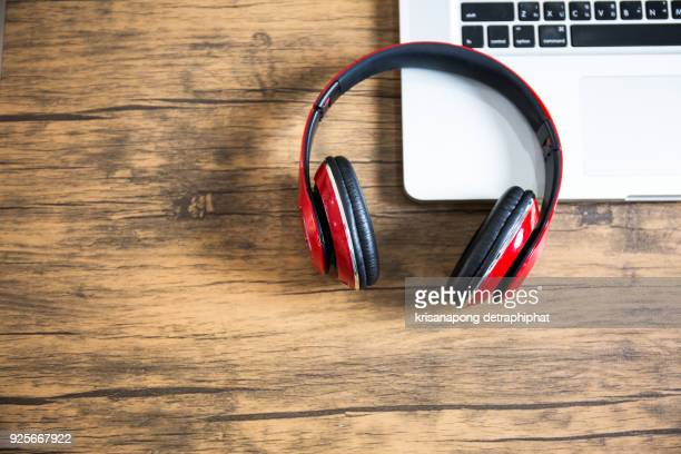 earphones and laptop. - podcast stock-fotos und bilder