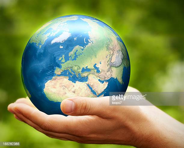 erde in den händen-europa - europa kontinent stock-fotos und bilder