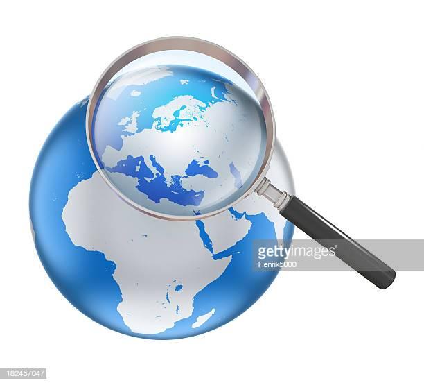 Erde mit Lupe-Fokus auf Europa