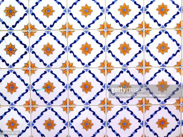 earthenware decorated on a wall in portugal - pavimento di mattonelle foto e immagini stock