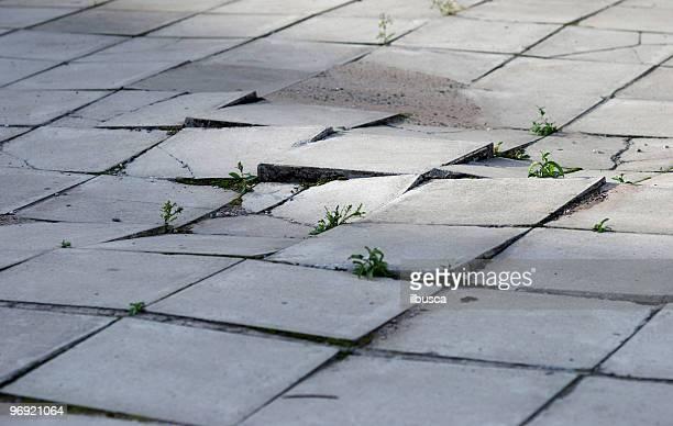 earthquake effects on sidewalk - stoep stockfoto's en -beelden