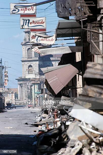 Earthquake In Managua Nicaragua Au Nicaragua à Managa en janvier 1973 à la suite d'un tremblement de terre un tas de taules un enseigne de...