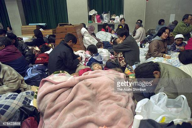 Earthquake survivors evacuate at Seido Elementary School on Janaury 17 1995 in Ashiya Hyogo Japan Magnitude 73 strong earthquake jolted in the...