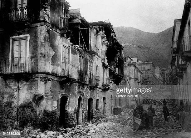 EarthquakeMessina Italy 28Dec 1908Destroyed buildings in the streets