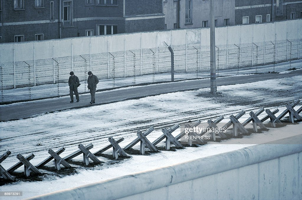 east german soldiers patrolling the  u0026 39 death strip u0026 39  between
