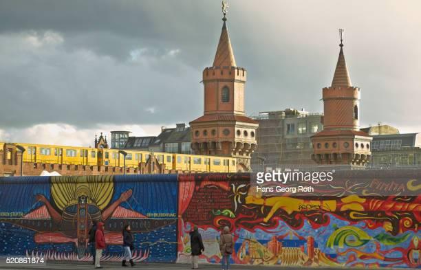 east side gallery (part) and s-bahn station warschauer strasse - フリードリッヒハイン ストックフォトと画像