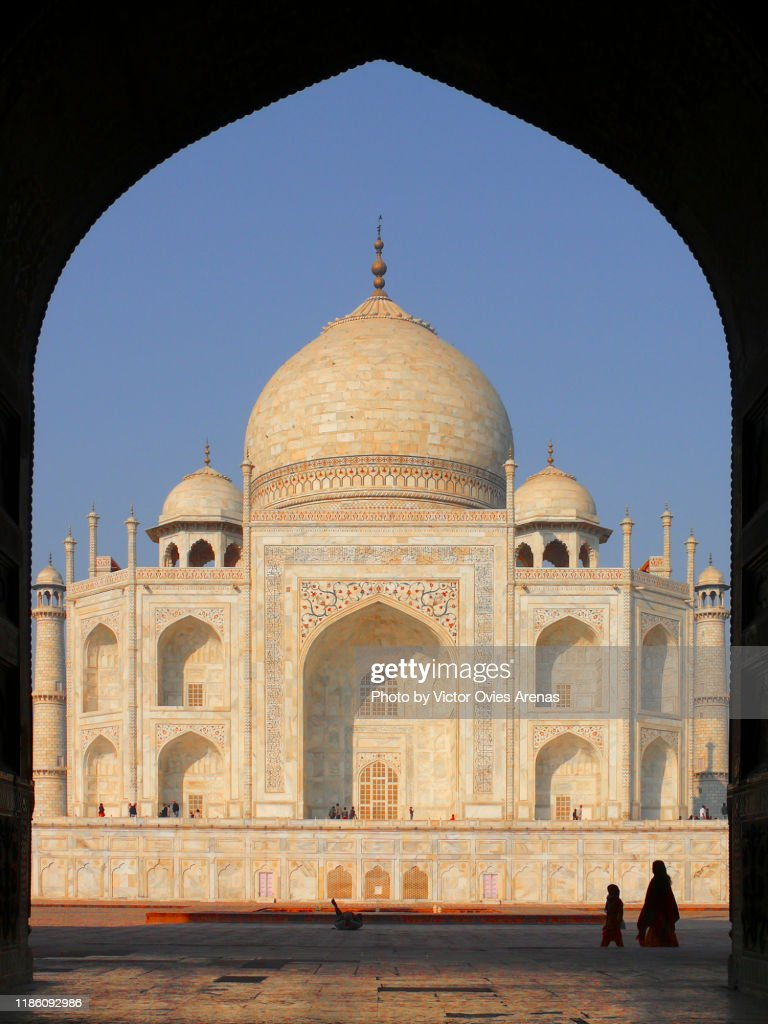 East side of the Taj Mahal at sunrise seen from the gate of the Mehmaan Khana (guest House)in Agra, Uttar Pradesh, India : Foto de stock