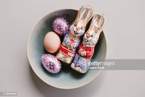 easter arrangement eggs, easter bunny - イースターエッグのチョコレート ストックフォトと画像