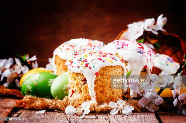 easter cake and green and yellow painted eggs, white apricot flo - orthodox church stock pictures, royalty-free photos & images