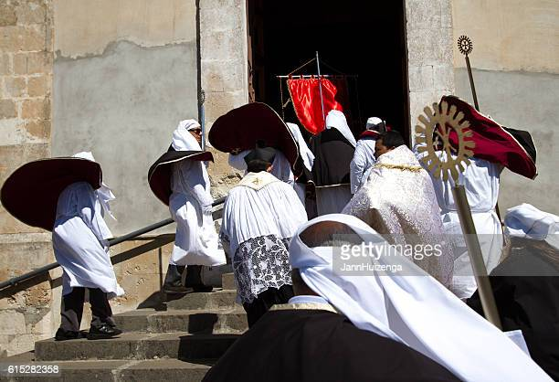 easter day celebration, sicily: white-robed religious men - happy easter in italian stock pictures, royalty-free photos & images