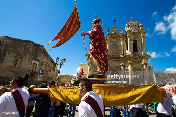 easter day procession, sicily: men carrying statue of jesus - happy easter in italian stock pictures, royalty-free photos & images
