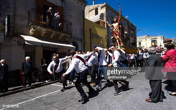 easter day procession, sicily: men running with statue of jesus - happy easter in italian stock pictures, royalty-free photos & images