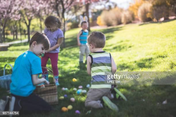 chasse aux œufs de pâques - chasse aux oeufs de paques photos et images de collection