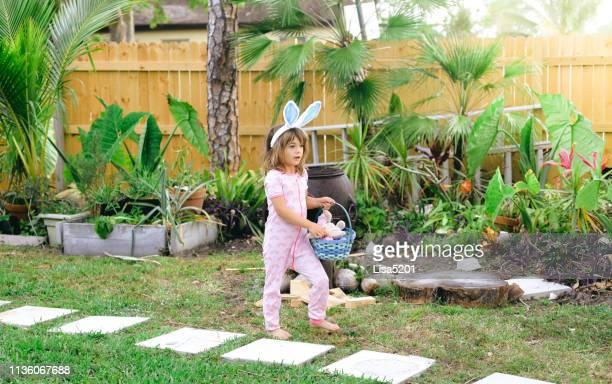 caccia alle uova di pasqua - domenica di pasqua foto e immagini stock