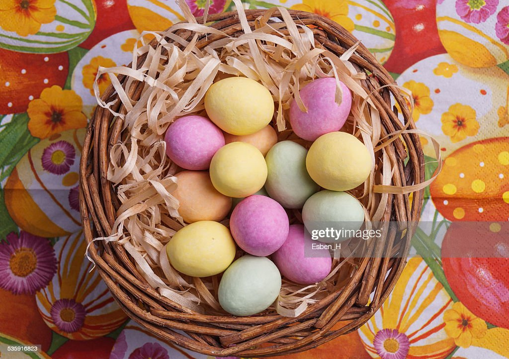 Huevo de pascua en cesta : Foto de stock