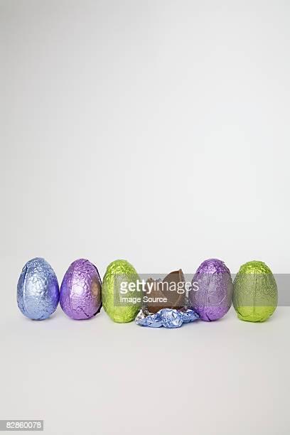 easter eggs in a row - イースターエッグのチョコレート ストックフォトと画像