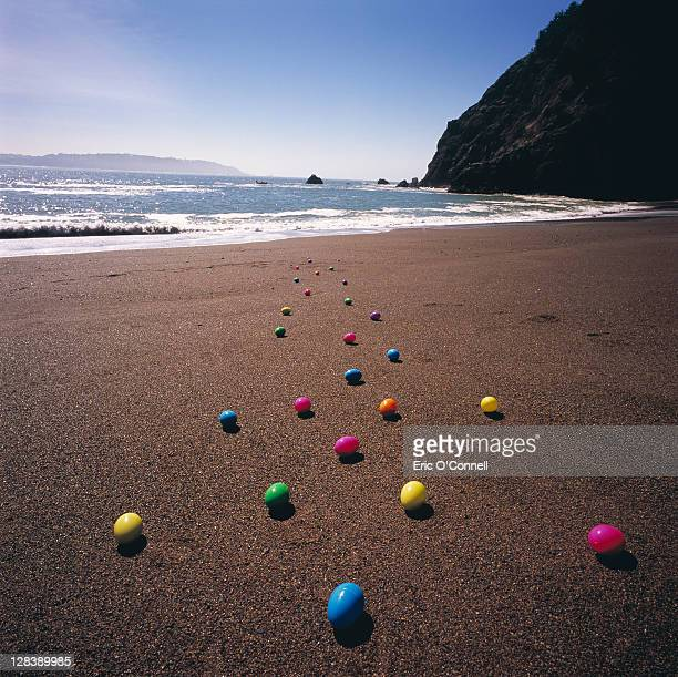 easter eggs on the beach - easter beach stock pictures, royalty-free photos & images