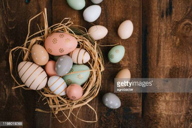 easter eggs on wooden background - pasqua foto e immagini stock