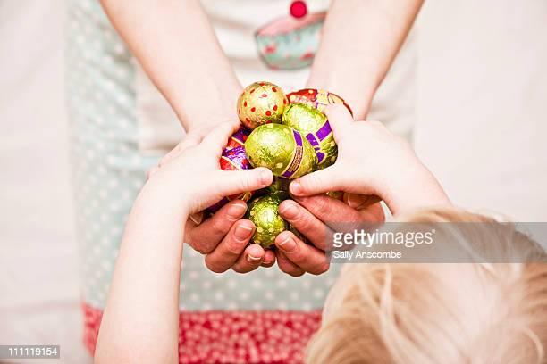 easter eggs - イースターエッグのチョコレート ストックフォトと画像