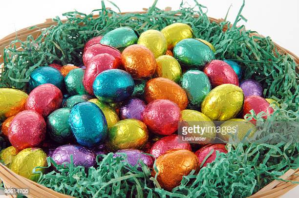 イースター卵 - イースターエッグのチョコレート ストックフォトと画像