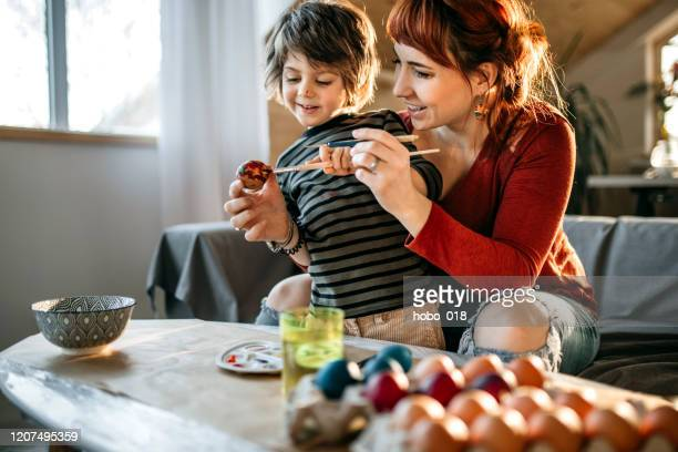 イースターファミリータイム - happy easter mom ストックフォトと画像