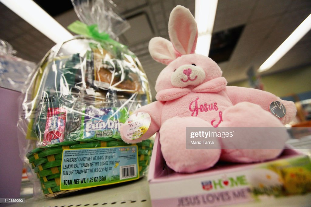 Photos et images de new survey finds americans to raise easter easter gifts are displayed in a manhattan store on april 2 2012 in new york negle Gallery