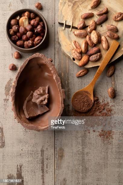 イースターホリデーの贅沢。 - イースターエッグのチョコレート ストックフォトと画像